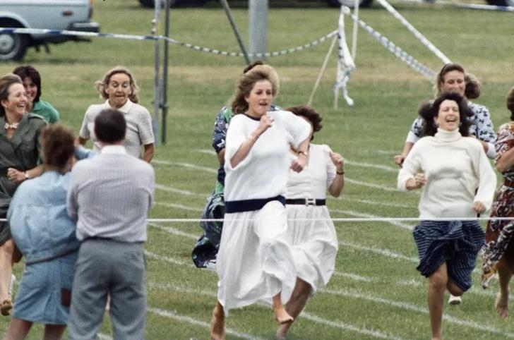 Lady Di corriendo junto a otras mamás en un evento escolar