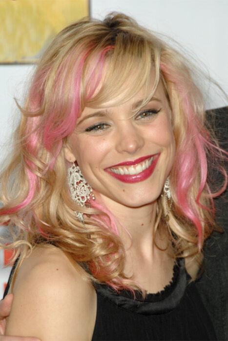 Rachel McAdams con el cabello rosa