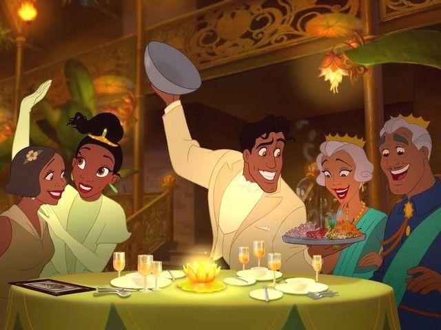 Tiana y su novio poniendo comida en la mesa de sus restaurante