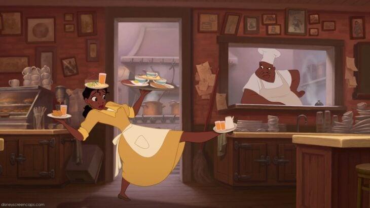 Tiana de la princesa y el sapo malabareando una charola con diferentes platos