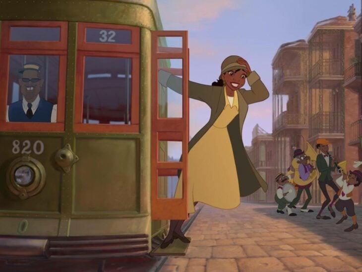Tiana de la princesa y el sapo viajando en tren
