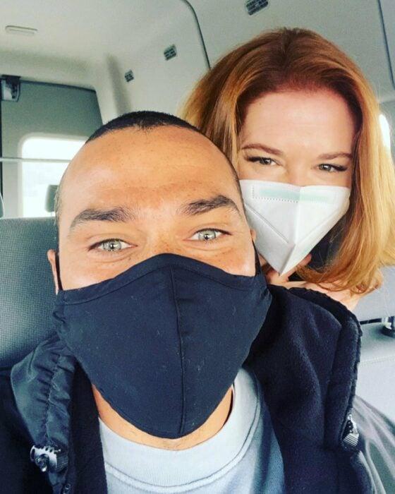 Foto de Jesse Williams y Sarah Drew en el set de grabaciones de 'Grey's Anatomy'