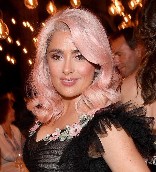 Salma Hayek con el cabello rosa