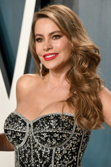 Sofía Vergara usando un vestido estrapless color negro con detalles plata