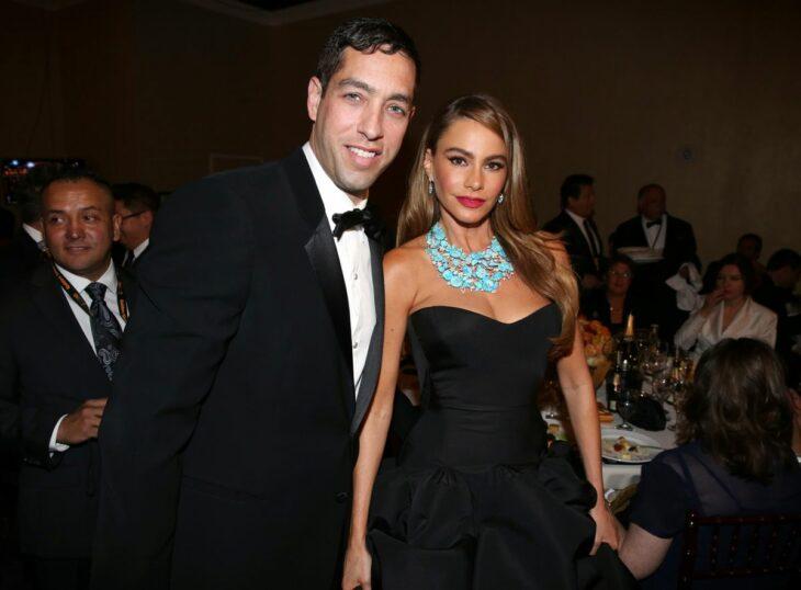 Sofía Vergara y su expareja Nick Loeb durante una cena de gala en Hollywood