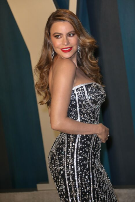 Sofía Vergara posando para una foto mientras está en una alfombra roja