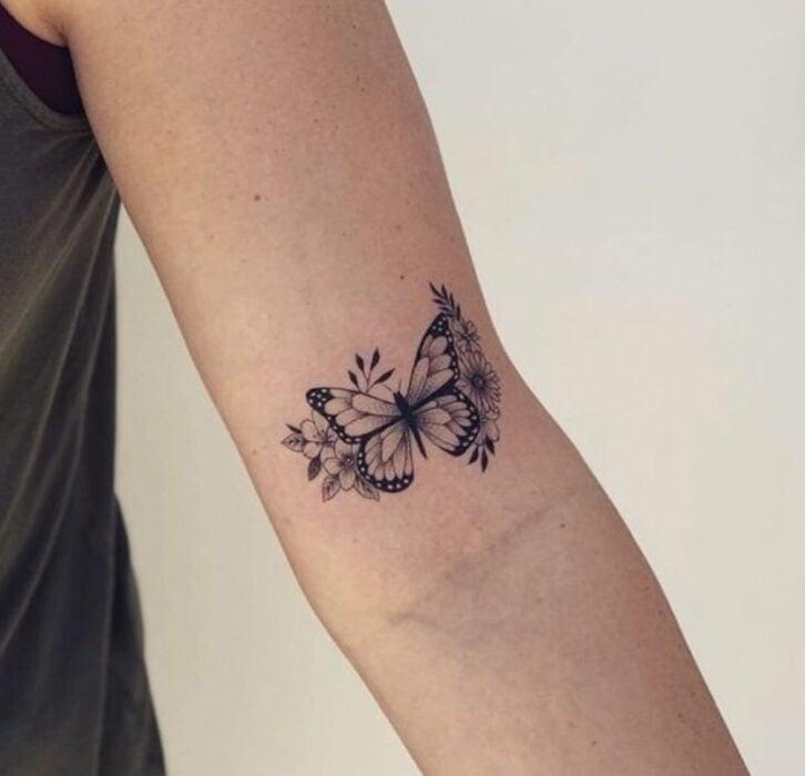 Tatuaje de mariposa en el interior del brazo
