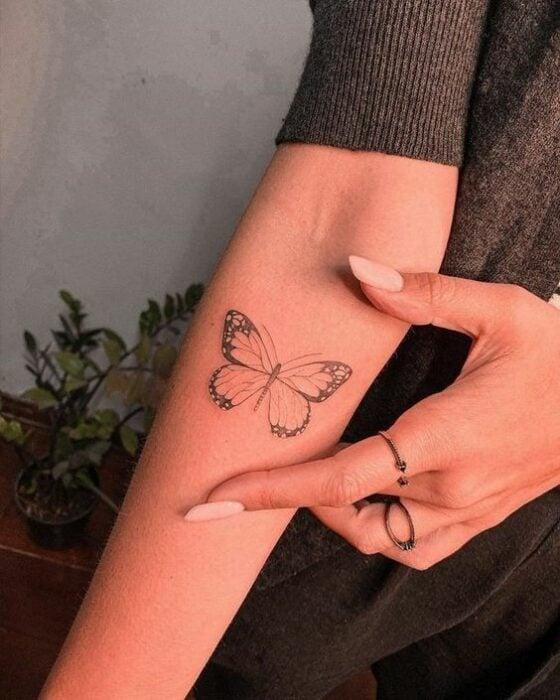 Tatuaje de una mariposa sobre la parte interna del brazo