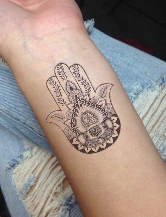Tatuaje de la mano de Fatima sobre la muñeca