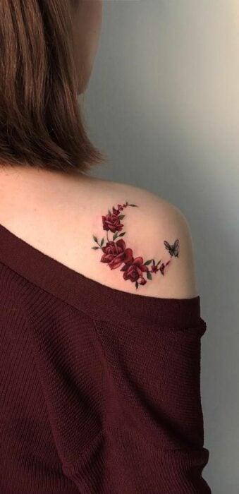 Tatuaje de una luna formada de rosas rojas sobre el hombro