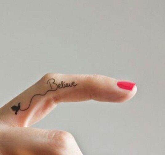 Chica con un tatuaje con una leyenda en el dedo medio