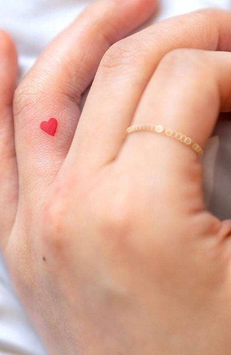 Chica con un tatuaje en forma de corazón