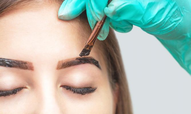 Woman painting her eyebrows; Coffee and chocolate tint, the secret to thick and strong eyebrows