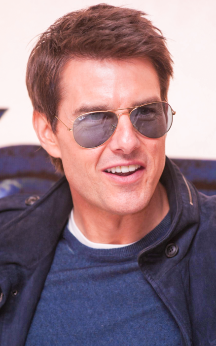Tom Cruise usando playera azul marino y saco del mismo color