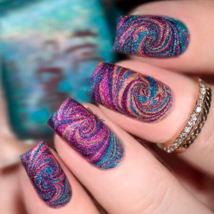 Manicures in iridescent tones with glitter details