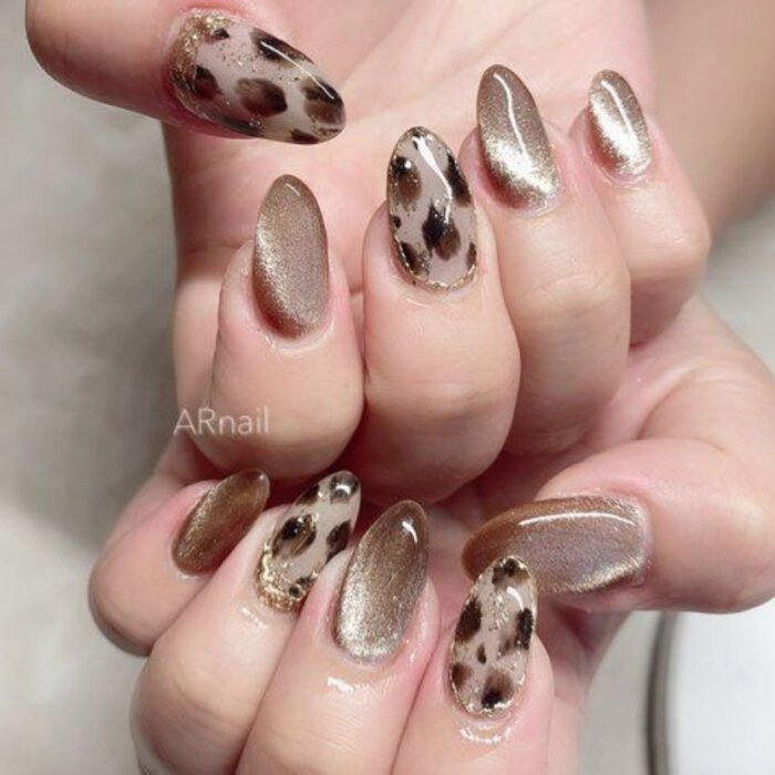 Nails with animal print and glitter