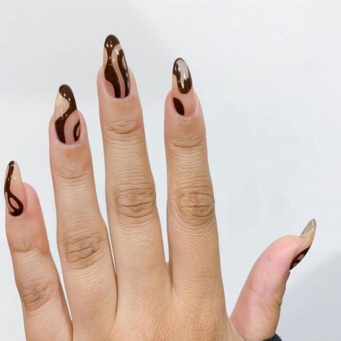 Manicura con fondo nude y líneas en color café