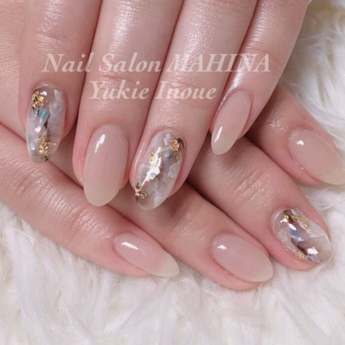 Nails with a neutral base, with details of sparkling stones