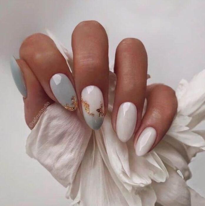 Uñas en color blanco con azul cielo y detalles dorados