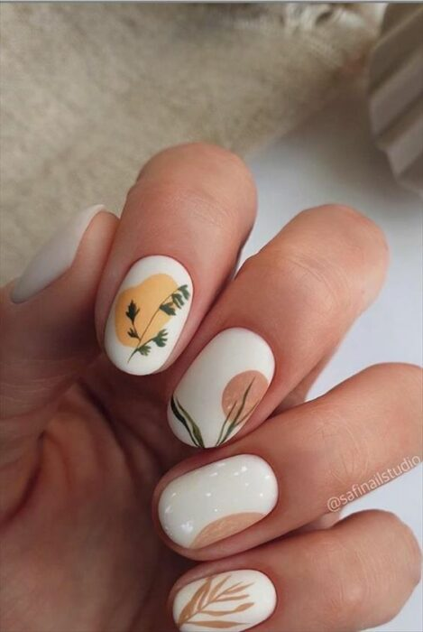 Nails in neutral colors with floral design in matte effect