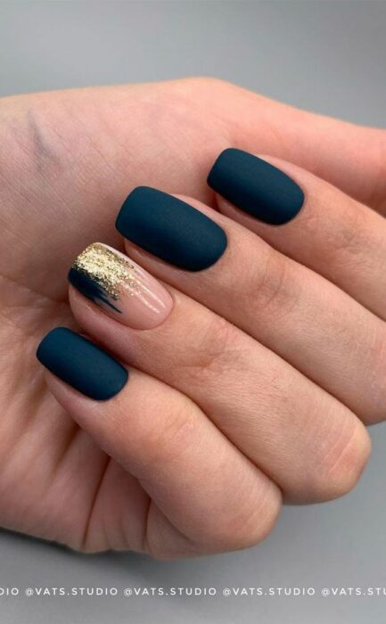 Nails in navy blue with gold detail, all in matte effect