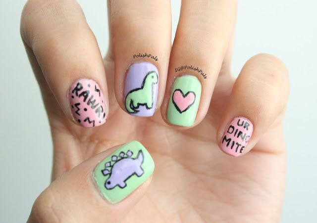 Chica con un diseño de uñas de dinosaurios en diferentes colores
