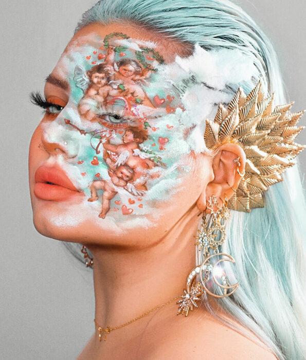 Chica con el rostro pintado con varios ángeles