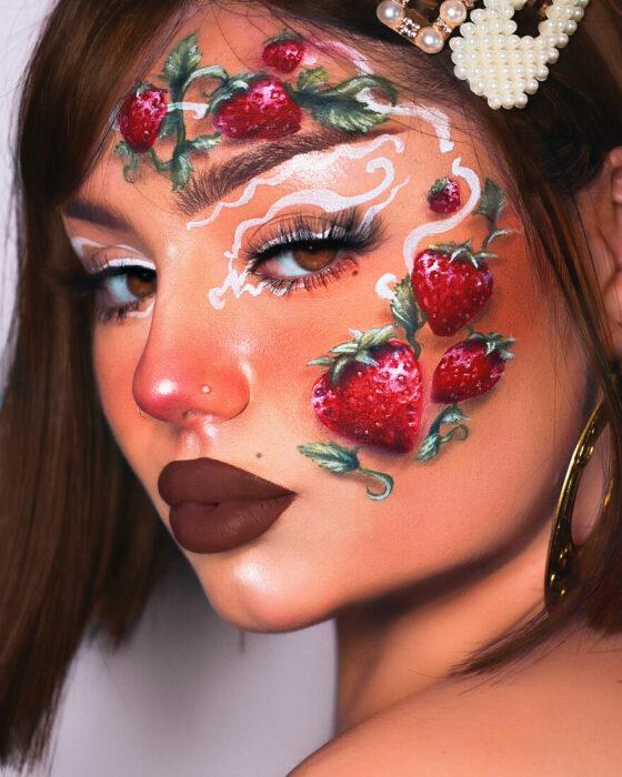 Chica con el rostro pintado con diferentes fresas