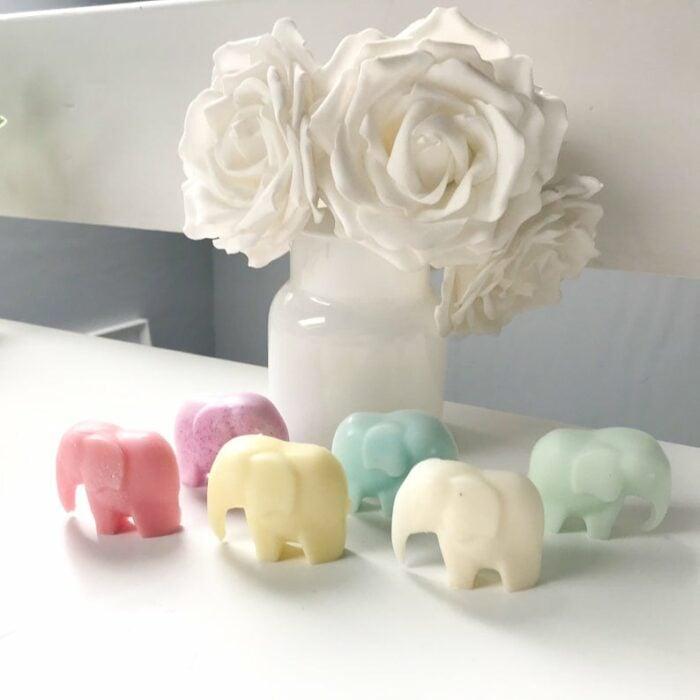 Velas de colores en forma de elefantes de la suerte