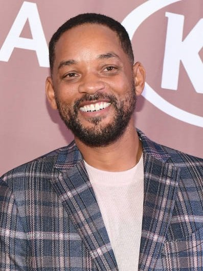 Will Smith usando playera color rosa claro, y saco a cuadros color azul