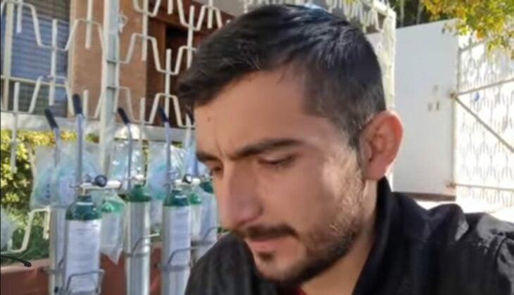 Scott Traveling sentado frente a tanques de oxígenos; Youtuber mexicano rifa sus autos para donar tanques de oxígeno a pacientes con covid-19