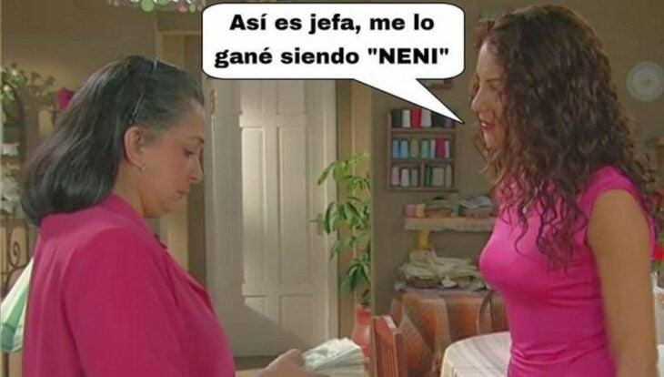 Meme de dos mujeres conversando mientras usan una blusa de color rosa
