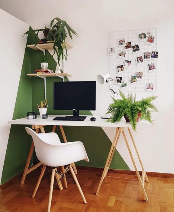 oficina en tonos verde y blanco, minimalista, con escritorio blanco de madera, silla cómoda de oficina, cojines, fotos decorativas, macetas, repisas, alfombra, colores vibrantes, diseño relajado y sencillo