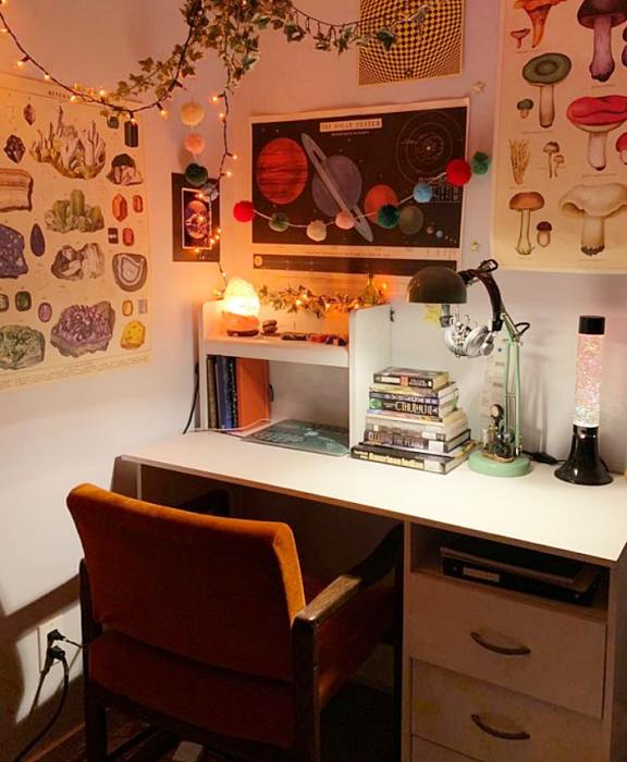 oficina en tonos neutrales, minimalista, con escritorio blanco de madera, silla cómoda de oficina, cojines, fotos decorativas, macetas, repisas, alfombra, colores vibrantes, diseño relajado y sencillo