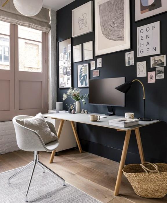 oficina en tonos azules, negro, blanco, minimalista, con escritorio blanco de madera, silla cómoda de oficina, cojines, fotos decorativas, macetas, repisas, alfombra, colores vibrantes, diseño relajado y sencillo