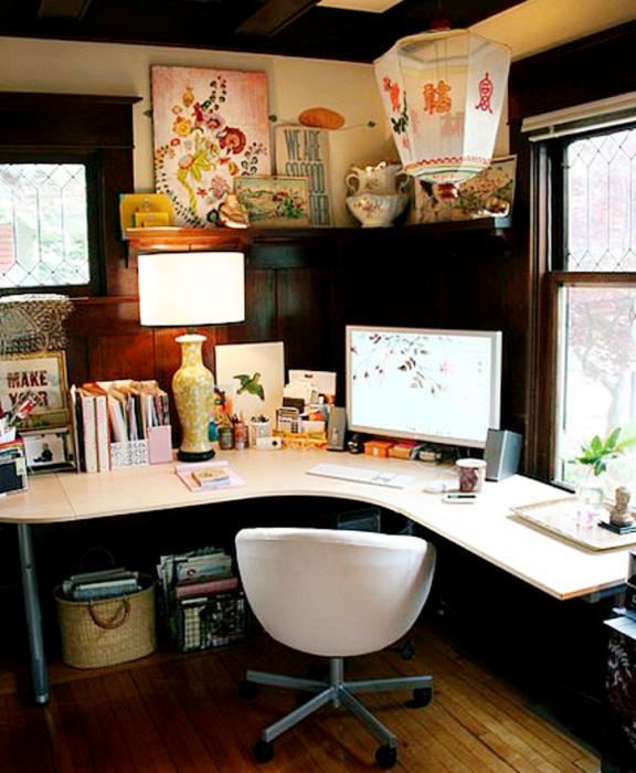 oficina en tonos oscuros, blanco, café, minimalista, con escritorio blanco de madera, silla cómoda de oficina, cojines, fotos decorativas, macetas, repisas, alfombra, colores vibrantes, diseño relajado y sencillo