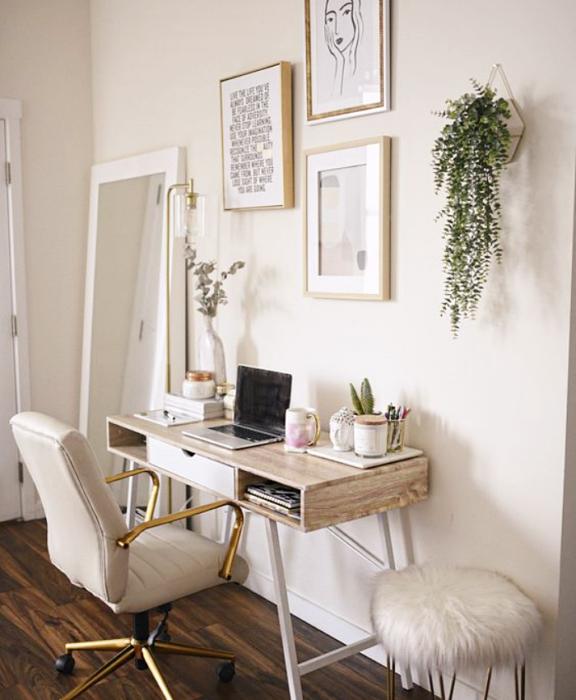 oficina en tono blanco, minimalista, con escritorio blanco de madera, silla cómoda de oficina, cojines, fotos decorativas, macetas, repisas, alfombra, colores vibrantes, diseño relajado y sencillo