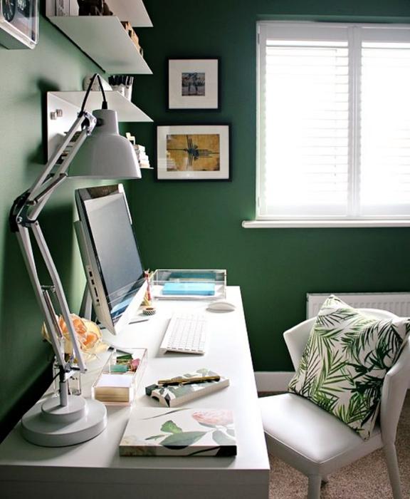 oficina en tonos verdes, blancos, naturales, minimalista, con escritorio blanco de madera, silla cómoda de oficina, cojines, fotos decorativas, macetas, repisas, alfombra, colores vibrantes, diseño relajado y sencillo