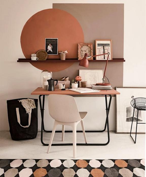 oficina en colores neutrales, beige, rosa palo, escritorio café, silla blanca, repisas