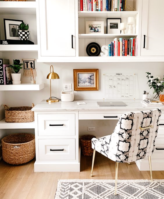 home office, oficina blanca con muchas repisas blancas, escritorio blanco, silla blanca moderna con animal print, macetas, marcos, libros
