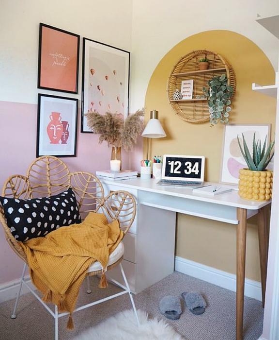 oficina en tonos amarillos, minimalista, con escritorio blanco de madera, silla cómoda de oficina, cojines, fotos decorativas, macetas, repisas, alfombra, colores vibrantes, diseño relajado y sencillo