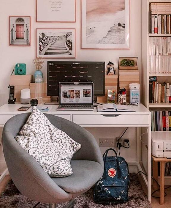 oficina en tonos rosas, minimalista, con escritorio blanco de madera, silla cómoda de oficina, cojines, fotos decorativas, macetas, repisas, alfombra, colores vibrantes, diseño relajado y sencillo