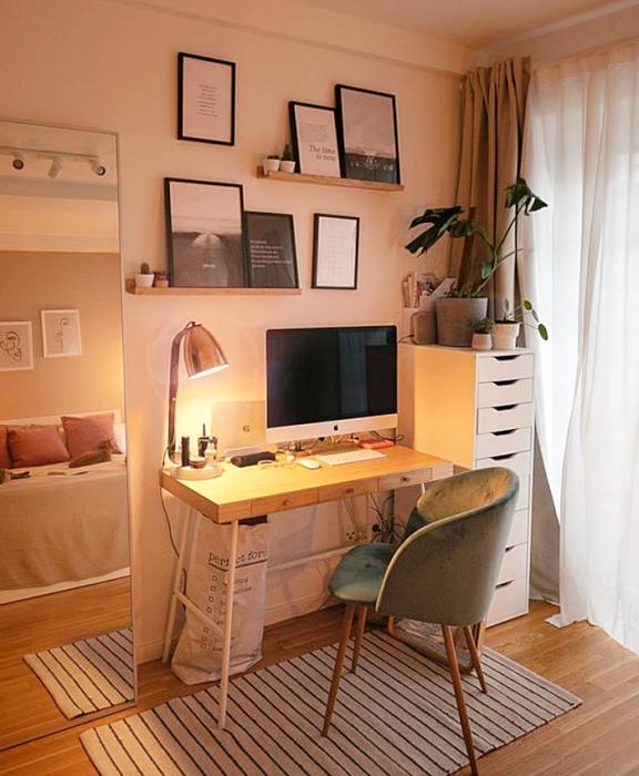 oficina en tonos neutrales, beige,. blanco, café claro, minimalista, con escritorio blanco de madera, silla cómoda de oficina, cojines, fotos decorativas, macetas, repisas, alfombra, colores vibrantes, diseño relajado y sencillo