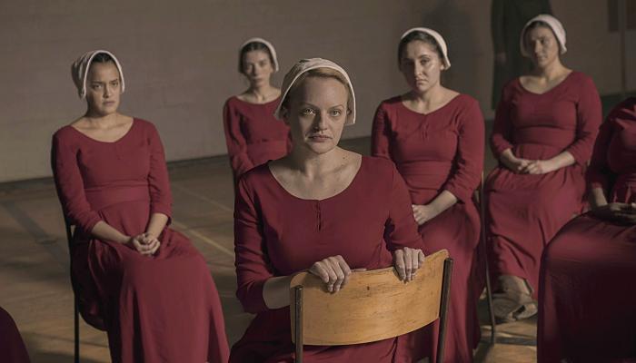 "escena de la serie ""The Handmaid's Tale"""