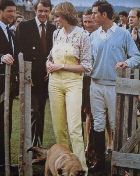 Diana Spencer y el príncipe felipe durante un partido de polo