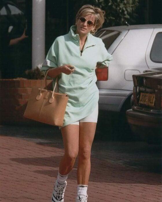 Lady di usando sudadera con estampado de USA y bike shorts