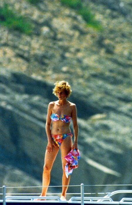 Diana Spencer usando un traje de baño mientras está en la cubierta de un yate
