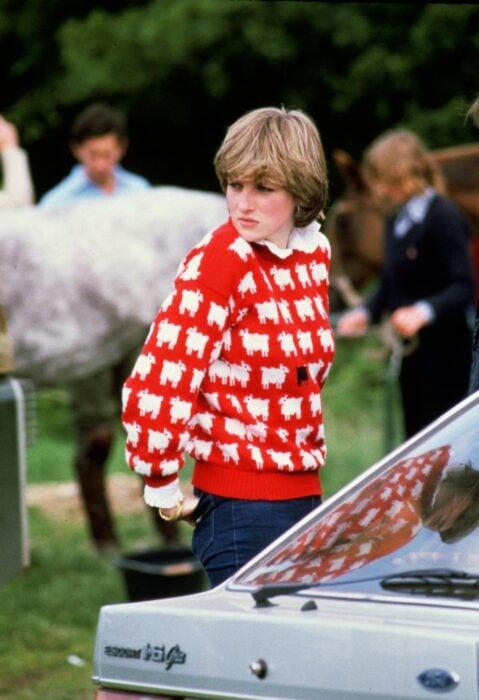 Diana Spencer usando un sueter de ovejas para un partido de polo