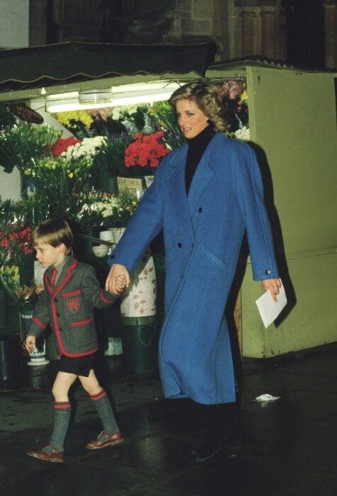 Diana Spencer usando un abrigo azul oversized