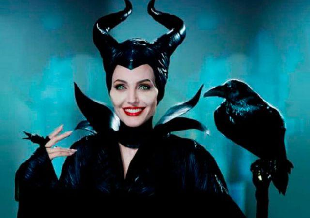 Angelina Jolie en el papel de Maléfica sosteniendo un cuervo negro